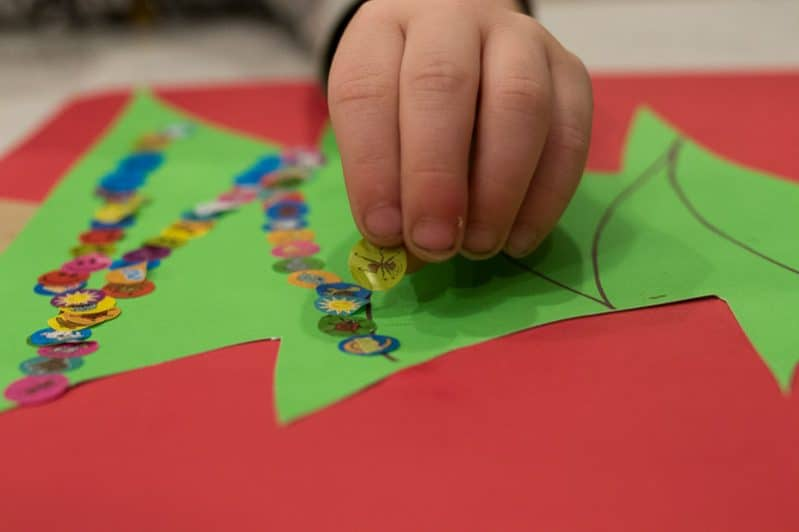 Follow the lines of garland on the Christmas tree craft