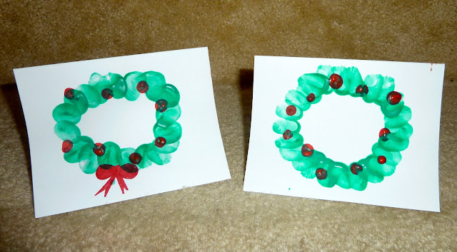 Wreath Christmas card for kids to make using finger prints