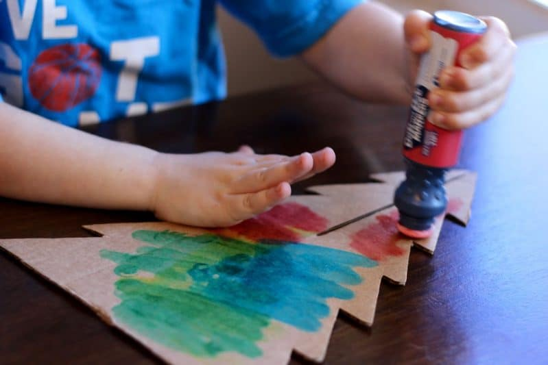 Let your preschoolers decorate for Christmas with an easy tabletop tree activity.