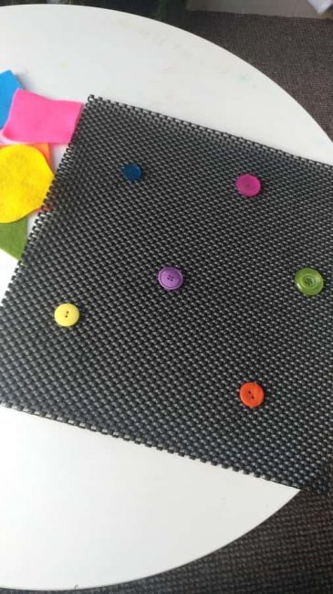 Buttons, felt, and a non-slip mat are all you need for a DIY color matching mat