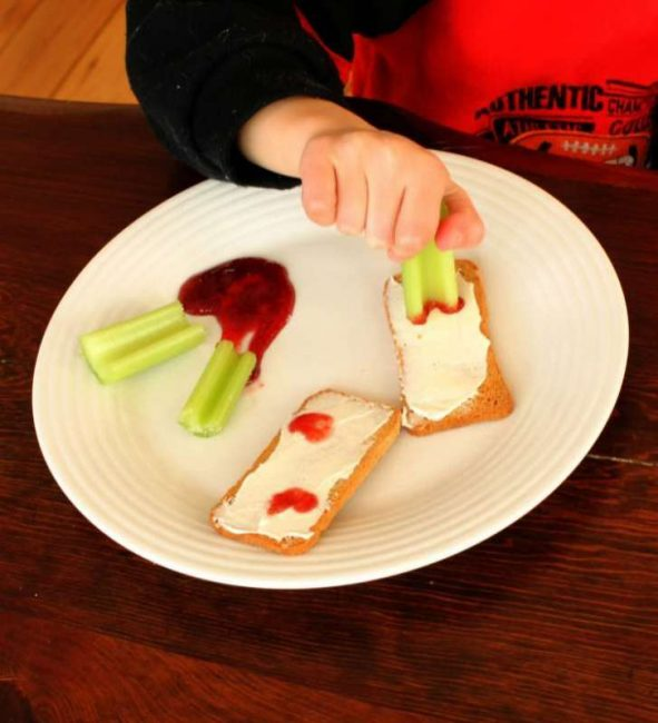 Adorable and healthy snack for valentine's day -- great to take to the classroom