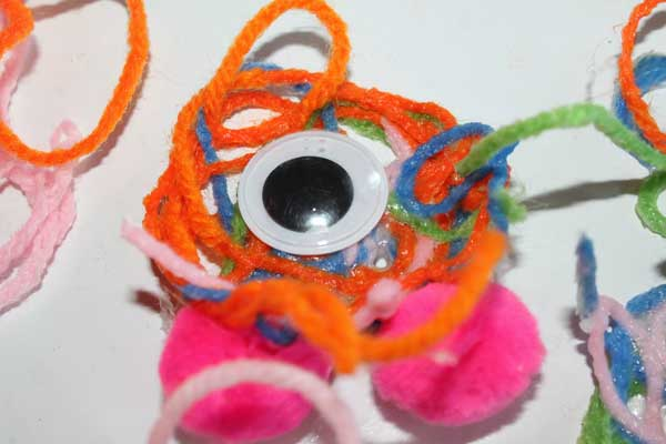 Halloween craft for kids -- One-eyed yarn monsters!